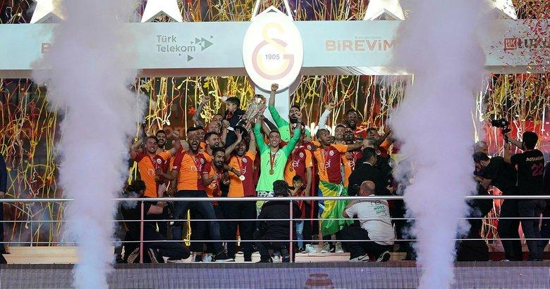 Galatasaray şampiyonluk kutlamasında para bastı!