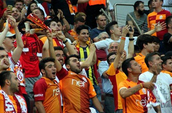 Taraftardan yönetime protesto, Sneijder'e sevgi