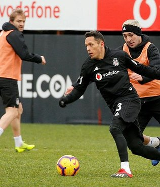 Beşiktaş'ta Adriano için karar zamanı
