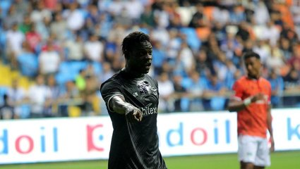 Adana Demirspor Yeni Malatyaspor maçında Mario Balotelli Sadık Çiftpınar'ın saçını çekti!