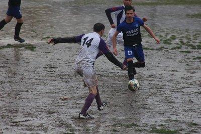 Futbolcular topla değil, saha ile mücadele etti