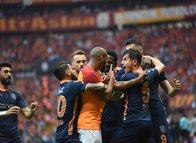 Başakşehir'in golünden sonra saha karıştı! İşte o anlar...
