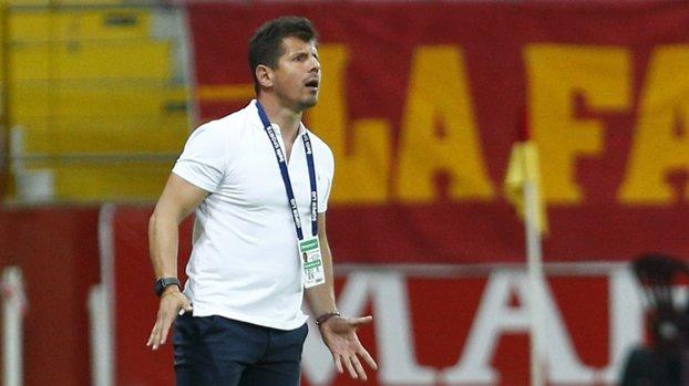 Fenerbahçe Teknik Direktörü Emre Belözoğlu'nun görüntüsü taraftarı kızdırdı #