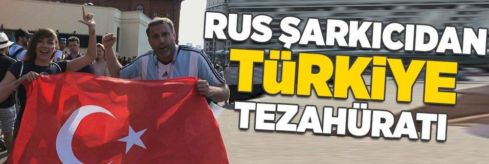 Rus şarkıcı Türk bayrağı ve darbukayla Moskova sokaklarını gezdi