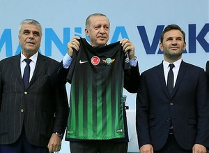 Cumhurbaşkanı Recep Tayyip Erdoğan'ı, Manisa'da Akhisar Belediyesporlu oyuncular karşıladı