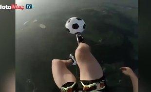Binlerce metre yüksekte top sektirdi