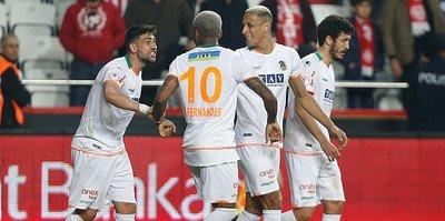 Alanyaspor beat Antalyaspor with 10-man