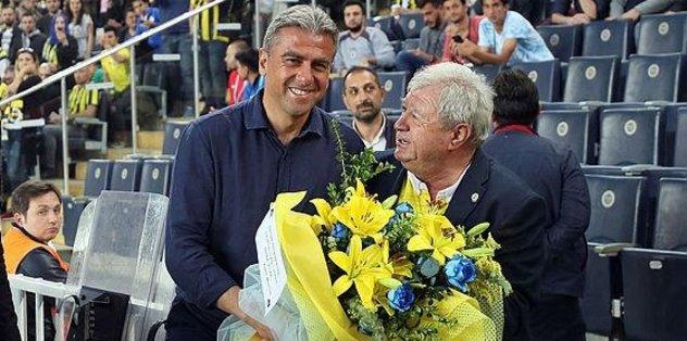 Taraftardan Hamza Hamzaoğlu'na çiçek