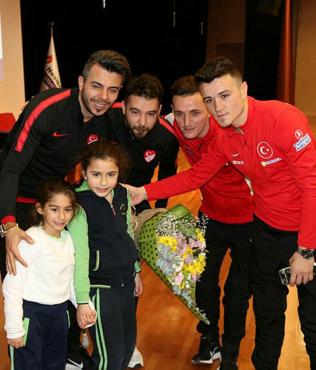 Ampute Milli Takım antrenörü ve futbolcuları öğrencilerle buluştu