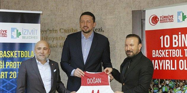 Türkoğlu, İzmit'te 10 bin basketbol topu dağıttı