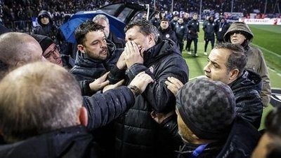 PAOK-AEK maçı karıştı; Başkan sahaya silahla girdi!