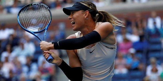 Wozniacki veda etti, Sharapova turladı