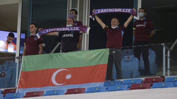 Trabzonspor tribünlerinden Azerbaycan'a destek! İşte maçtan kareler... #