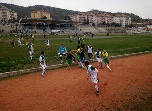 Futbolcular tekme tokat kavga etti!