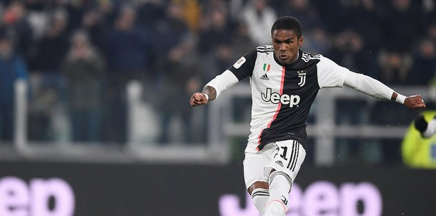 Juventuslu Douglas Costa arabasıyla yardım malzemesi dağıttı - Son Dakika -