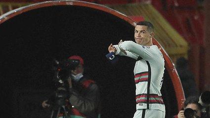 Son dakika spor haberleri: Cristiano Ronaldo'nun yere attığı kaptanlık pazubendi yaklaşık 64 bin euroya satıldı