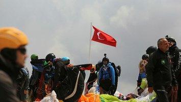 Yamaç paraşütçüleri Şehit Ömer Halisdemir için uçuş düzenledi