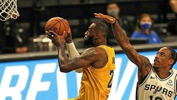 LeBron James tarihe geçti Lakers farklı kazandı!