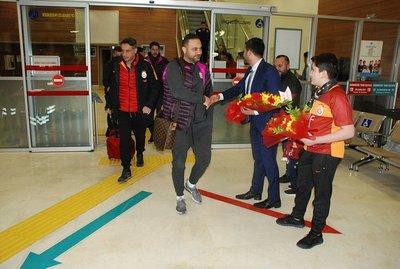 Galatasaray otobüsünün önü kesildi!