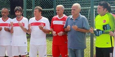 Efsane futbolcular 15 Temmuz Şehitleri için sahaya çıktı