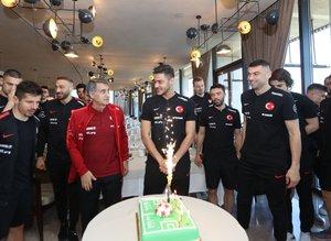 Moldova maçı öncesi Ozan Kabak'a doğum günü kutlaması