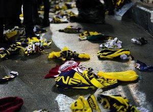 Fenerbahçe taraftarı Elazığ ve Malatya'daki depremzedeler için sahaya atkı ve bere attı