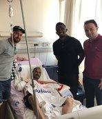 Yaralanan taraftarı hastanede ziyaret etti