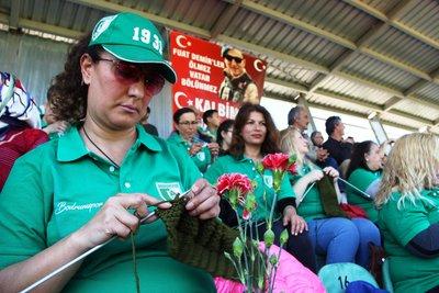 Hem maç izlediler, hem askere destek verdiler.