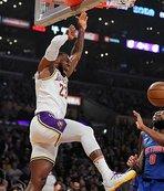 """Lakers LeBron James'in """"triple-double"""" yaptığı maçta Pistons'ı yendi"""