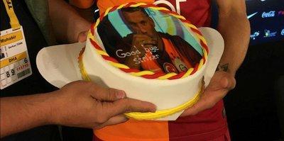 Podolski'ye basın mensuplarından pasta