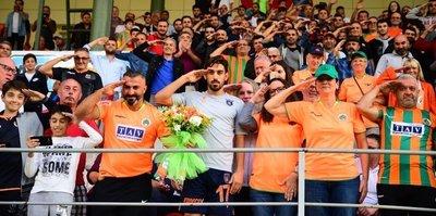 İrfan Can Kahveci Alanyaspor taraftarıyla birlikte asker selamı verdi