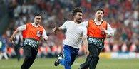 Liverpool - Chelsea maçında sahaya atladı!