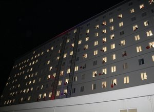 Saat 21.00'de balkonlardan İstiklal Marşı okundu
