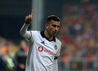 Beşiktaşlı futbolcu Oğuzhan Özyakup, Demet Özdemir'i unutamadı