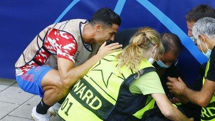Ronaldo'dan alkışlanacak hareket! Güvenlik görevlisinin yardımına koştu
