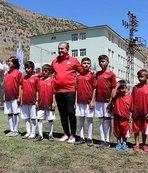 Osman Aşkın Bak yere düşen Türk bayrağını dalgalandıran Şırnaklı çocuklarla maç yaptı