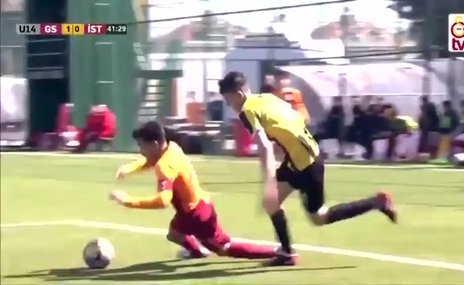 Galatasaraylı genç futbolcudan fair-play örneği! Penaltıyı auta gönderdi...